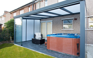 polycarbonate Walls with Hot Tub
